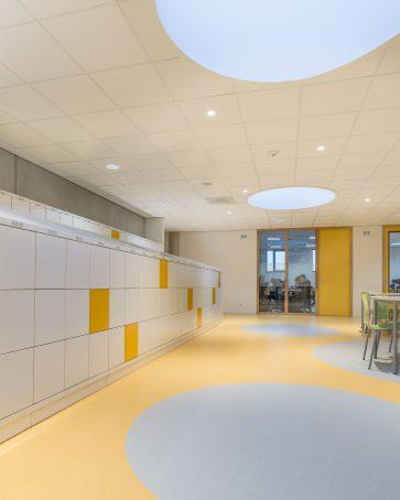 Lockers in een modern schoolgebouw.