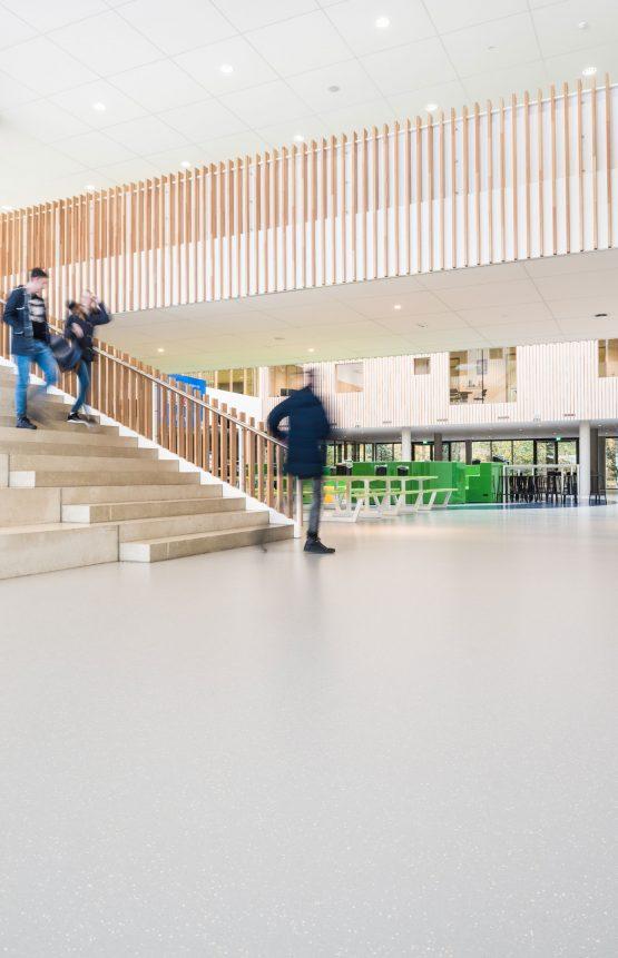 Interieur van de nieuwbouw Frits Philips lyceum Eindhoven