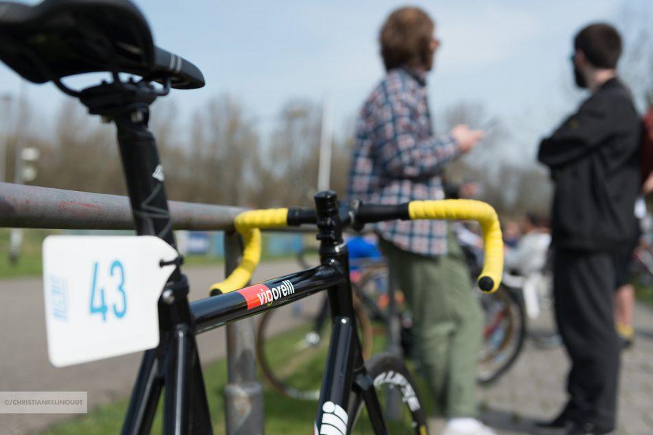 Een Cinelli vigorelli fixed gear fiets langs de baan