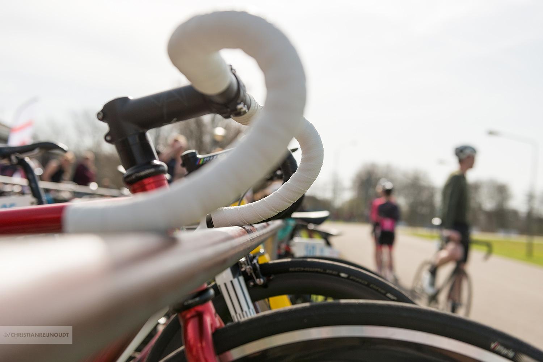 Sfeer langs en op de baan bij de NL Crit Series in Rijswijk