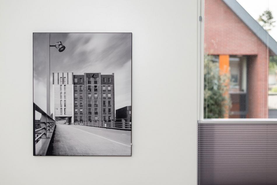 Architectuurfoto als textielprint in zwart aluminium frame