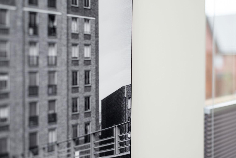 Detail van een zwart aluminium frame met textielprint