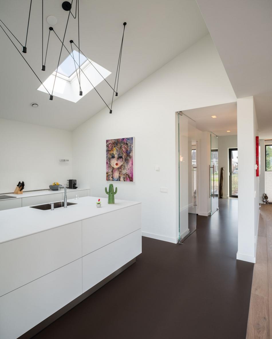 Interieurfoto van een modern interieur met witte keuken