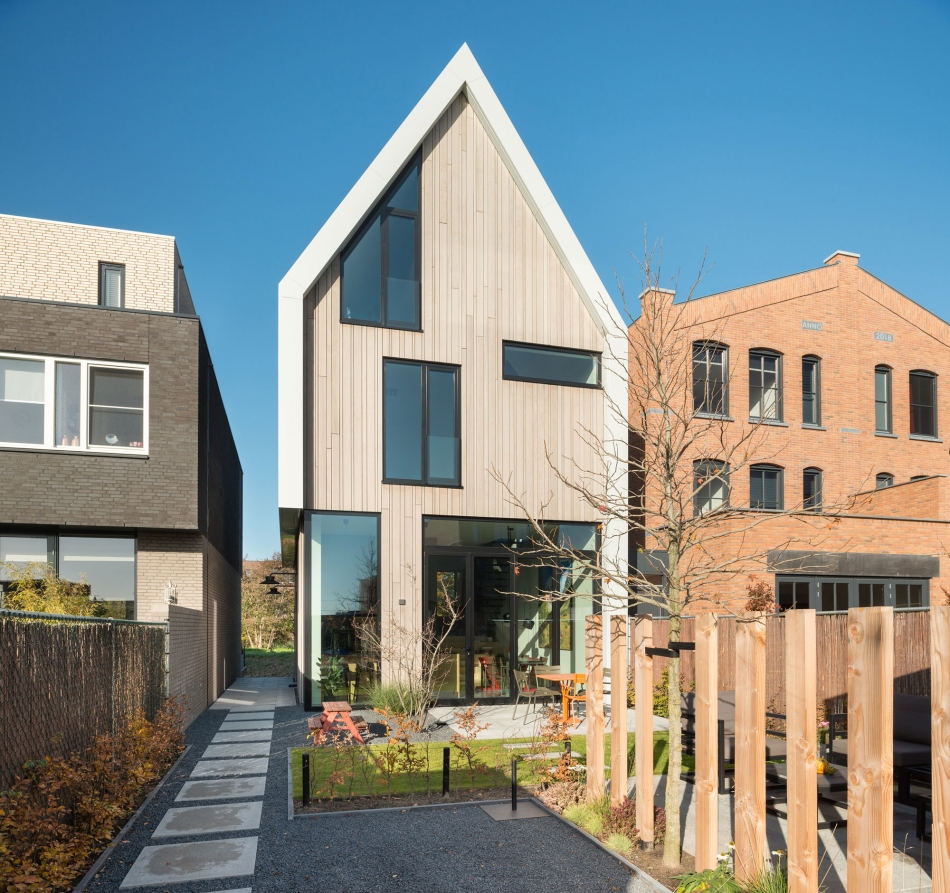 Foto van een onder architectuur gebouwde woning