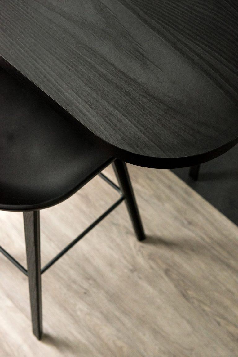 Detail van een zwarte bartafel met zwarte HAY barkruk
