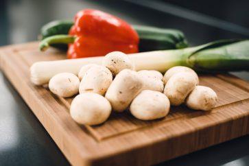 Foodfotografie van wokgroente op een snijplank