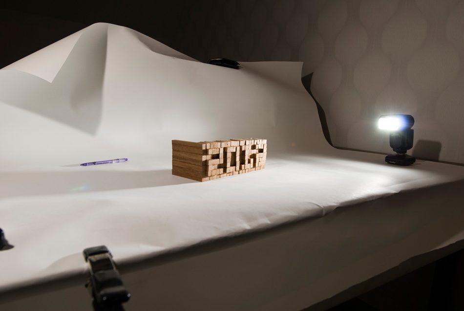 De stapeling 'houtjes' die het jaartal tonen, wordt gefotografeerd.