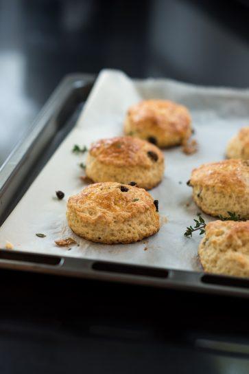 Foto van scones met rozijnen en tijm