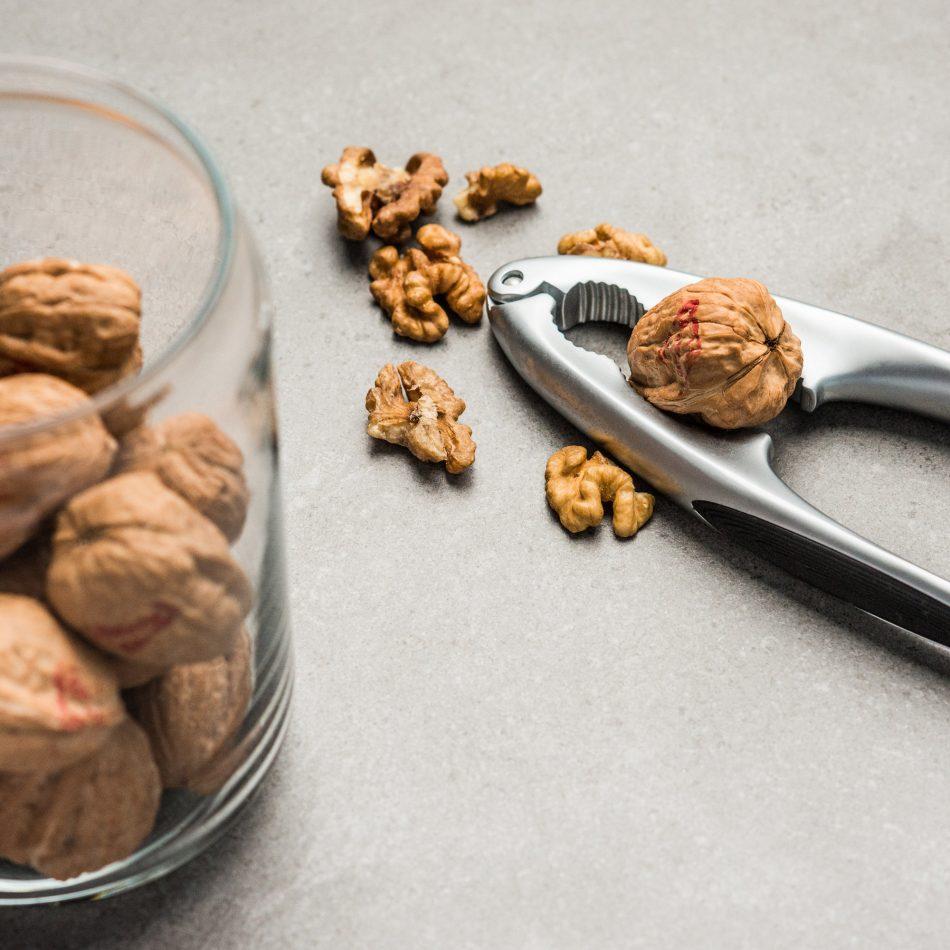 Een notenkraker met walnoten