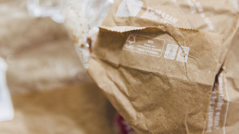 Symbolen op een broodzak voor de scheiding van afval